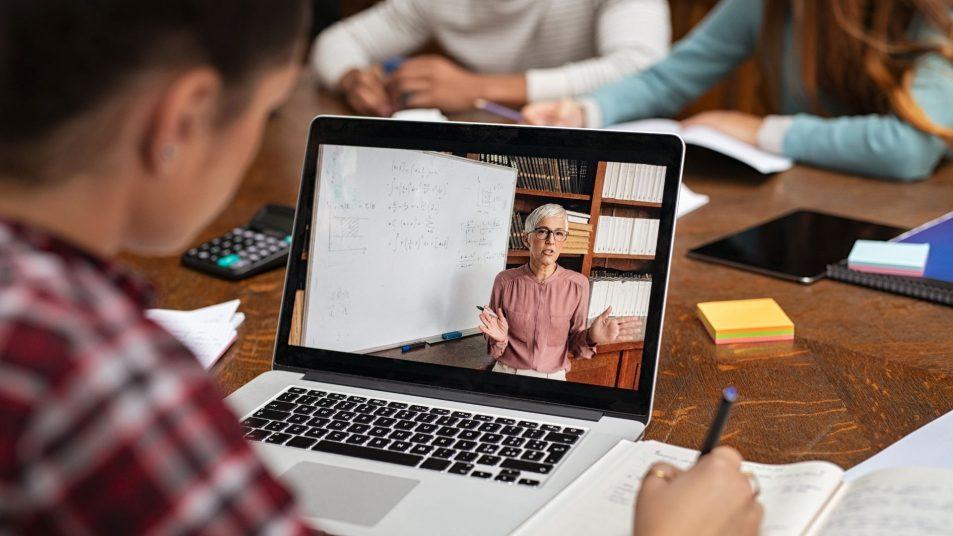 ingresos extra vendiendo cursos en línea